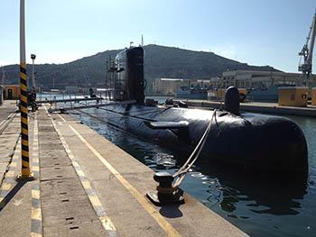 Submarino en su Fosa en proceso de mantenimiento.
