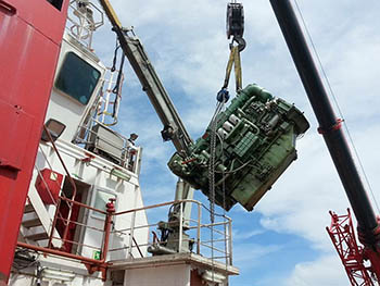 Maniobra de extracción de motor auxiliar de buque mercante.