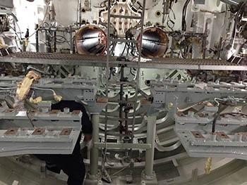 Trabajos de montaje en la sala de torpedos de proa(TLT).