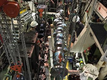 Detalle de instalación de cigüeñal en sala de máquinas.
