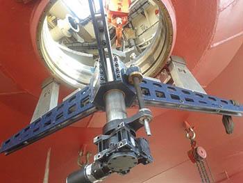 Mandrinado de paso de casco de sistema de propulsión de buque remolcador.