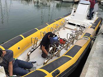 Montaje de banco de asientos en embarcación de recreo.